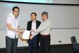 梁光汉先生和曹永强先生致送纪念品给嘉宾讲者赖志伟先生