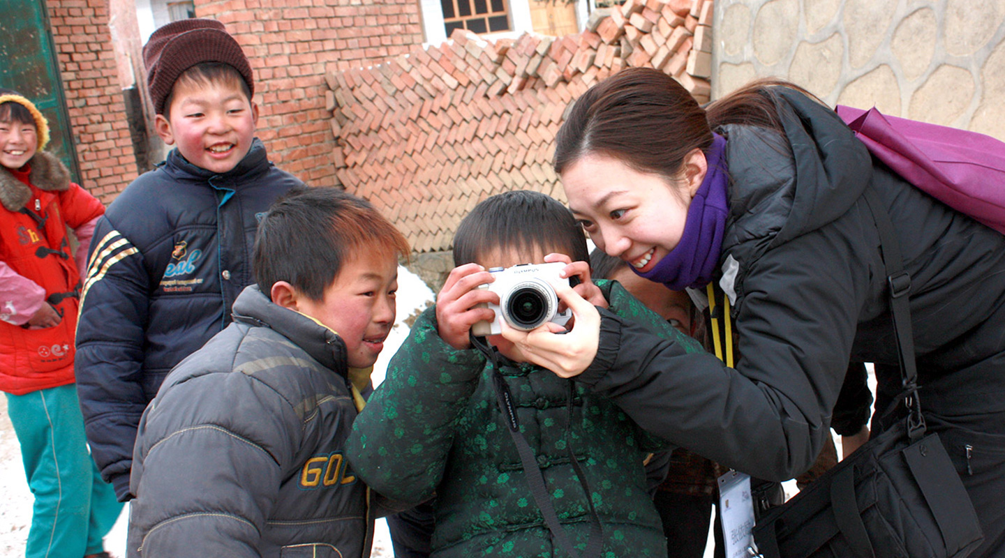 Having fun with kids after a community disaster relief session for a snow disaster in Gansu province