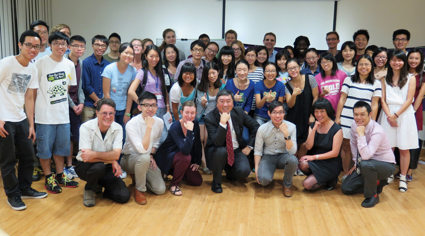 Professor Sung, the Vice-Chancellor, poses for a photo with the students and staff of the ELTU at a Social Meetup session