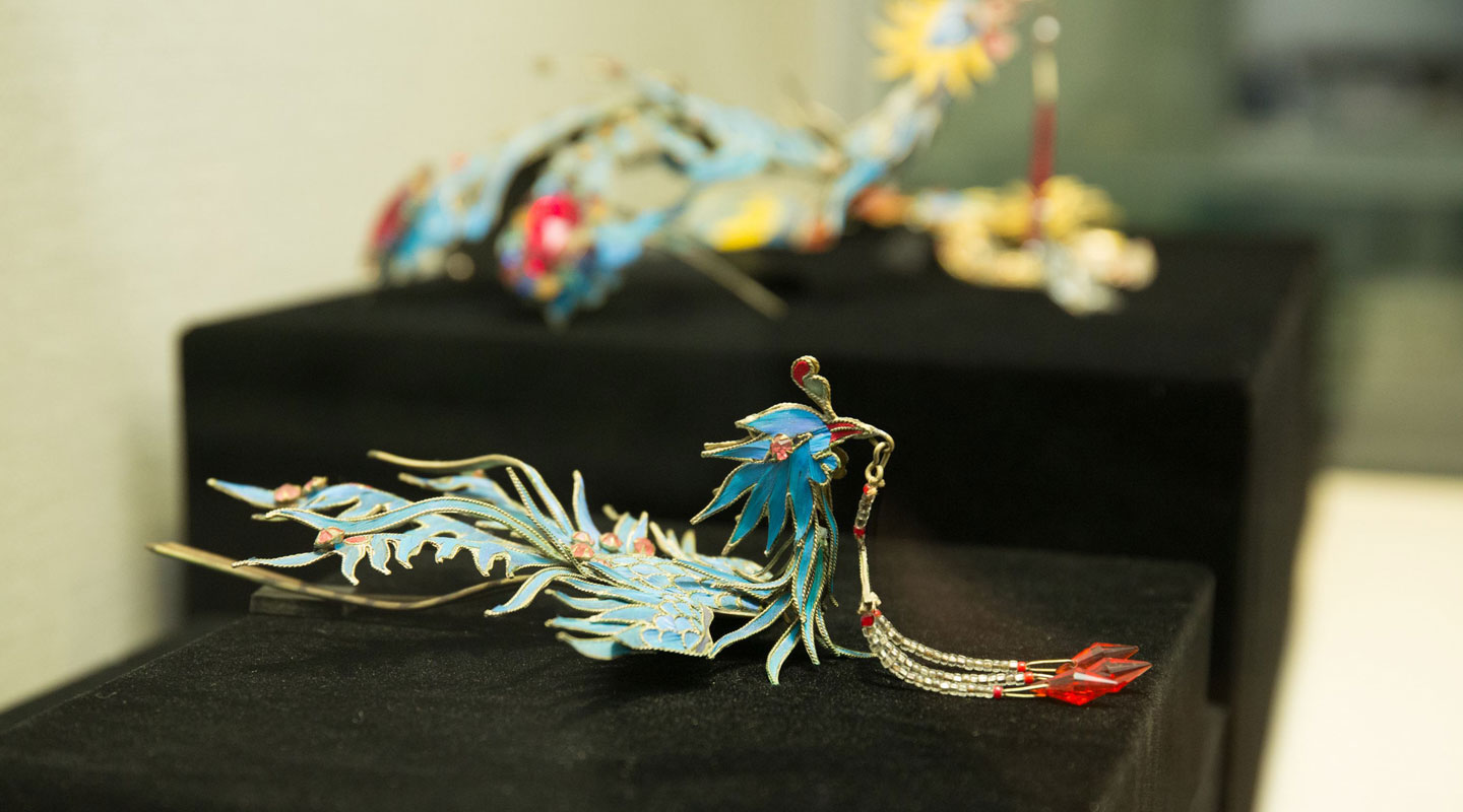 Dr. Pak Suet-sin lent her tian-tsui headdress for display. It is made of Kingfisher feathers glued onto gilt silver—an art which is on the verge of extinction in recent years
