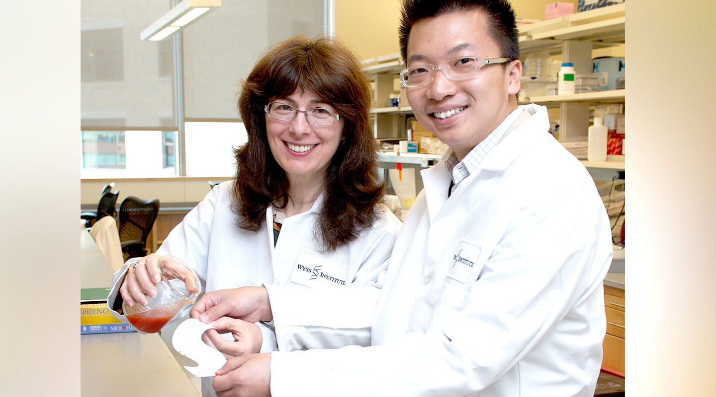 Wong Tak-sing collaborates with Joanna Aizenberg <em>(left)</em> to develop SLIPS at Harvard University