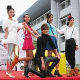 逸夫学生在百万大道举行盛大的时装表演,以志院庆,学生化身模特儿,于天桥上展新装。