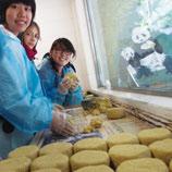 和声书院的「天地人和大熊猫之旅」,让学生往访四川卧龙自然保护区,观察野生大熊猫的栖息地,并在科研人员带领下喂饲和照顾熊猫,观察、监控、纪录其生理起居细节,以及整理视频数据。