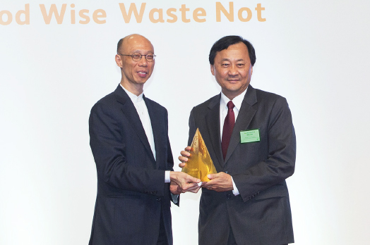 Prof. Benjamin Wah, CUHK Provost, receiving the award from Mr. Wong Kam-sing, Secretary for the Environment