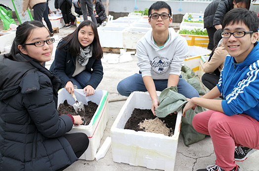 <em>Students mix planting soil in foam boxes scavenged from waste stations<br> (Source: Office of University General Education)</em>