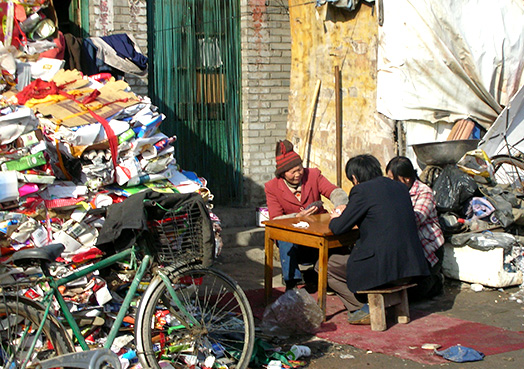 <em>Migrant workers living among the garbage lying around</em>