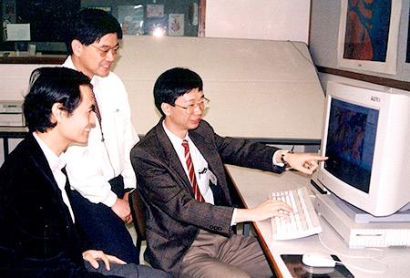 <em>冯通教授</em>(右)<em>、梁怡教授</em>(左)<em>与梁广锡教授</em>(中)<em>早在1993年已开展合作,建立能准确监察和分析香港环境改变的智能地理讯息系统</em>
