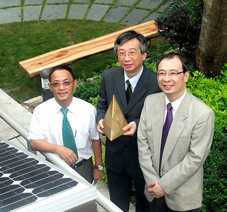 <em>Professor Fung holds the 2009 HKAEE gold award in the company of the then Director of Estates Management Mr. Benny Tam </em>(left)<em> and Prof. Chu Lee-man</em> (right)