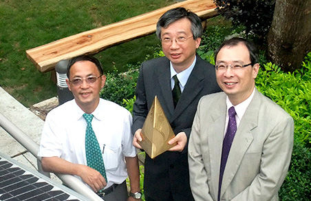 <em>冯教授手持2009年「香港环境卓越大奖」金奖,与当时的物业管理处处长谭必成先生</em>(左)<em>与朱利民教授</em>(右)<em>合照</em>