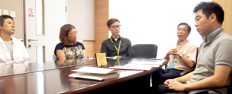 <em>Joe Law</em> (first from right)<em>, Project Coordinator of 'Waste Wise Waste Less @ CUHK', collects feedback from members of the Faculty of Medicine</em>